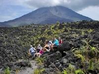 Vulkan Arenal mit Wanderern