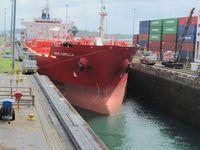 Schiff im Panama-Kanal